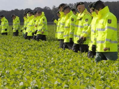 Die Polizei intensiviert die Suche nach dem vermissten Jungen Mirco auf einzelne verdächtige Stellen in dem 130 Quadratkilometer großen Suchgebiet am Niederrhein.