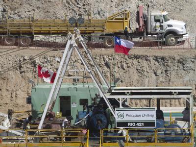 Die erste Rettungsbohrung hat die in einer chilenischen Mine eingeschlossen 33 Bergmänner erreicht.