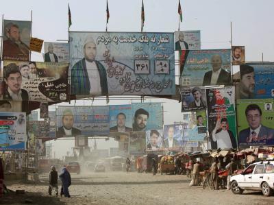 Buhlen um die Wählerstimmen: Plakate der Wahlkandidaten zur Parlamentswahl in Kabul.