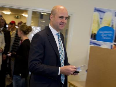 Schwedens Regierungschef Fredrik Reinfeldt hat nach ersten TV-Prognosen seine absolute Mehrheit verloren.