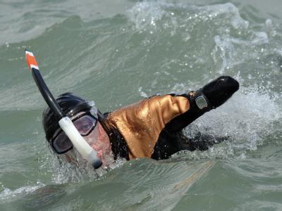 Philippe Croizon, ein französischer Schwimmer ohne Arme und Beine, bei seiner erfolgreichen Durchquerung des Ärmelkanals.