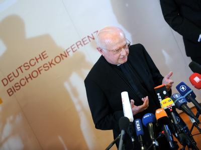 Der Vorsitzende der Deutschen Bischofskonferenz, Erzbischof Robert Zollitsch, beantwortet Journalistenfragen.