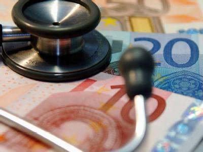 Ein Stethoskop auf mehreren Geldscheinen: Die geplante Reform soll dazu führen, dass die gesetzliche Krankenversicherung im kommenden Jahr rund elf Milliarden Euro mehr erhält.