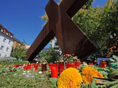 Kerzen und Blumen stehen vor dem Elisabethen-Krankenhaus in Lörrach. Dort hatte die Amokläuferin einen Pfleger erschossen.