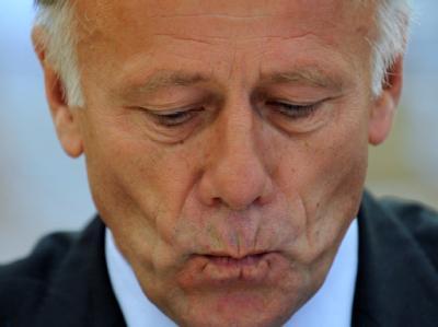Jürgen Trittin ist in Hannover mit einer Torte beworfen worden.