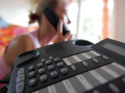 Der Ärger mit teuren Telefon-Warteschleifen könnte schon bald ein Ende haben.
