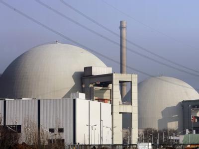 Nebeneinander stehen die Reaktorgebäude A (r) und B des Kernkraftwerks im südhessischen Biblis. Laut einem Rechtsgutachten ist der Weiterbetrieb des ältesten deutschen Kernkraftwerks Biblis A womöglich unrechtmäßig (Archivbild).