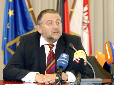 Brandenburgs Innenminister Rainer Speer (SPD) verkündet auf einer kurzfristig einberufenen Pressekonferenz in Potsdam seinen Rücktritt mit sofortiger Wirkung. In den vergangenen Wochen war er wegen zahlreicher Vorwürfe im politischen und privaten Bereich