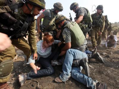 Beit Omar im Westjordanland: Israelische Soldaten tragen eine Demonstrantin fort.