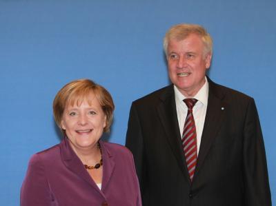 Angela Merkel und Horst Seehofer lachen bei der gemeinsamen Präsidiumssitzung in Berlin.