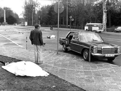 Der Tatort mit den zugedeckten Leichen von Siegfried Buback (vorne links) und seines Fahrers im April 1977.