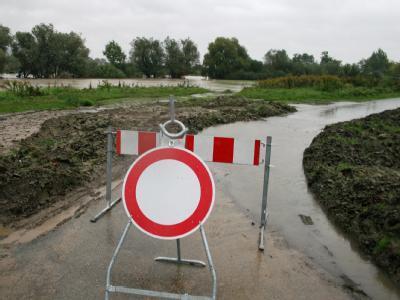 Im sächsischen Görlitz ist die Neiße über die Ufer getreten und droht den noch vom Augusthochwasser zerstörten Fahrradweg erneut zu überfluten.