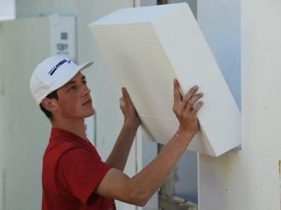 Massive Styroporplatten werden zur Wärmedämmung von Fassaden eingesetzt.