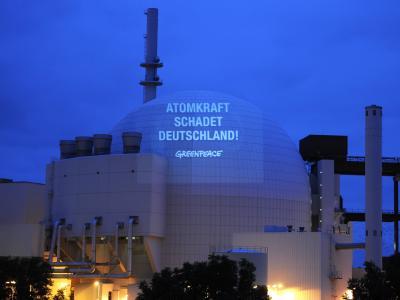 Greenpeace-Aktivisten projizieren den Slogan «Atomkraft schadet Deutschland