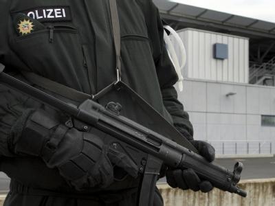 Ein mit Maschinenpistole bewaffneter Polizist vor dem Hochsicherheitstrakt des Oberlandesgerichtes in Düsseldorf während des Terrorismus-Prozesses gegen die islamische «Sauerland»-Gruppe. (Archivbild)