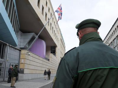 Ein Polizist vor der britischen Botschaft in Berlin (Archivbild)