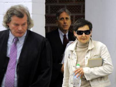 Verena Becker mit ihren Anwälten Hans Wolfgang Euler (l) und Walter Venedey (hinten) beim Prozessauftakt im Gerichtssaal in Stuttgart-Stammheim
