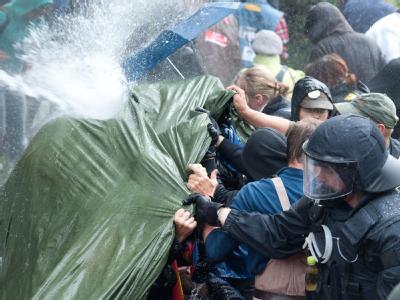 Wasserwerfer der Polizei gehen in Stuttgart im Schlossgarten gegen Gegner des Bahnprojekts Stuttgart 21 vor.