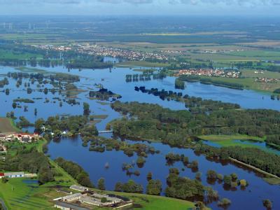 Blick aus einem Flugzeug auf die vom Hochwasser der Schwarzen Elster überflutete Wiesen und Felder unweit dem südbrandenburgischen Herzberg.