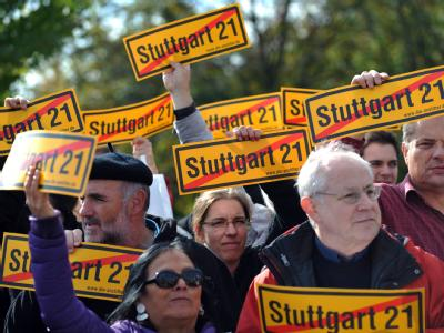 Gegner des Projektes Stuttgart 21 demonstrieren in der Nähe des Bundestages in Berlin (Archiv).