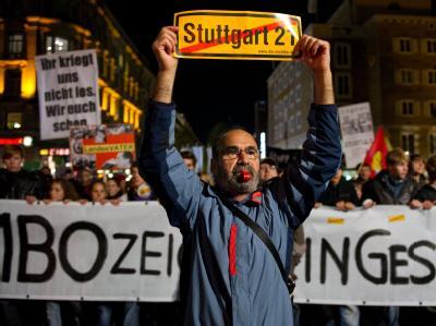 Gegner des Bahnprojekts Stuttgart 21 demonstrieren am Freitagabend in Stuttgart mit einem Protestzug durch die Innenstadt.