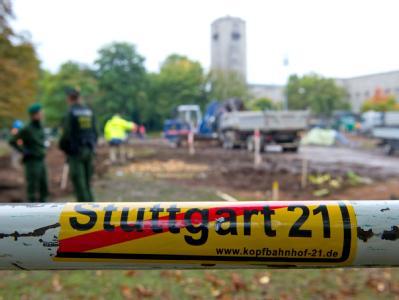 Nach einer friedlichen Demonstrationsnacht im Stuttgarter Schlossgarten sind die Baggerarbeiten wieder aufgenommen worden.