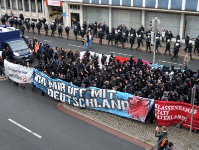 Mehrere hundert Demonstranten, unter ihnen viele Anhänger des «Schwarzen Blocks», gingen am Samstag (02.10.2010) in Bremen von mehreren hundert Polizisten begleitet durch die Innenstadt.