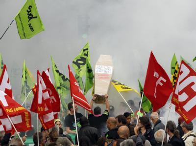 Demonstranten protestieren in Paris gegen Sarkozys Rentenreform.