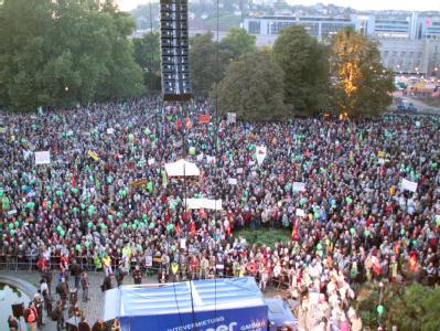 Bei der größten Demonstration gegen das umstrittene Bahnprojekt Stuttgart 21 versammeln sich am 01.10.2010 mehrere zehntausend Gegner mit Transparenten im Schlosspark in Stuttgart.