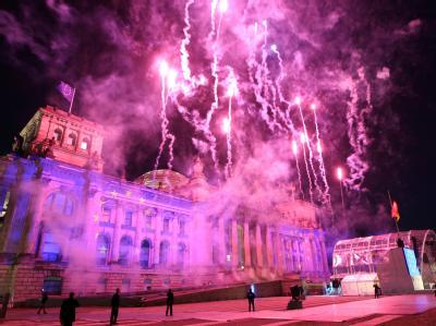 Feuerwerk vor dem Reichstagsgebäude zum Ende der Einheitsfeier in Berlin.
