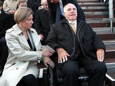 Alt-Bundeskanzler Helmut Kohl und seine Frau Maike Kohl-Richter nehmen vor dem Reichstagsgebäude in Berlin am Festakt zum 20. Jahrestag der Deutschen Einheit teil.