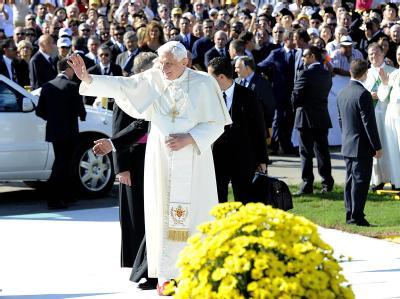 Papst Benedikt XVI. winkt in Palermo den Gläubigen zu.