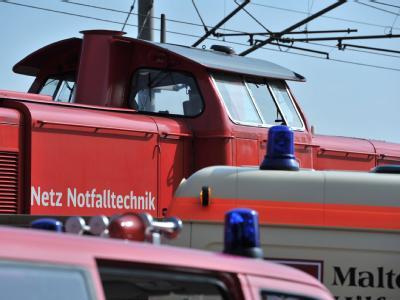 Eine Lok bringt die ersten Passagiere aus dem Neuberg-Tunnel im Landkreis Würzburg, in dem ein ICE steckengeblieben ist.