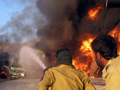 Nato-Tanklaster in Flammen: Erneut habe Aufständische Lastwagen der Nato in Brand gesteckt.