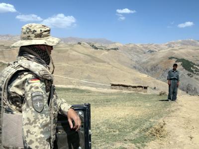 Ein deutscher Soldat der ISAF-Truppe beobachtet nahe dem afghanischen Dorf Yafta-e-Sofla das Gelände (Archiv).