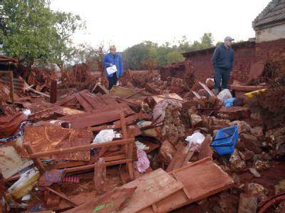 Blick auf ein zerstörtes Haus nach dem Chemie-Unfall im ungarischen Kolontar.