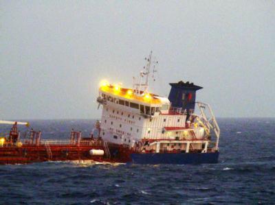 Das havarierte Tanker hat 6000 Tonnen Pyrolysebenzin geladen - ein Raffinerieprodukt, das oft Benzin beigemischt wird.