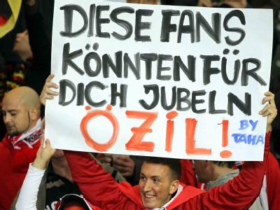 Türkische Fans halten ein Plakat mit der Aufschrift: