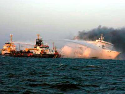 Die brennende Ostseefähre «Lisco Gloria» vor Langeland.