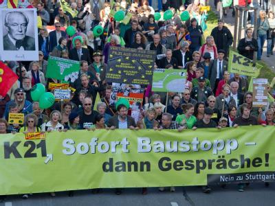 Protest ebbte nicht ab: Gegner des Bahnprojekts Stuttgart 21 tragen während eines Protestzuges durch die Innenstadt Plakate und Luftballons.