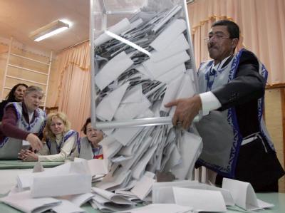 Wahlhelfer beginnen in Bischkek mit der Stimmenauszählung.
