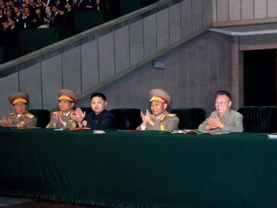 Nordkoreas Machthaber Kim Jong Il und sein Sohn und mutmaßlicher Nachfolger Kim Jong Un (in dunkler Kleidung) nehmen eine Militärparade in Pjöngjang ab.