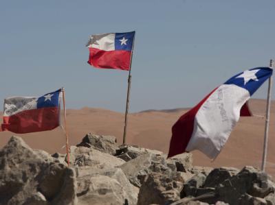 Chilenische Flaggen wehen an der Mine in der Atacama-Wüste. Voraussichtlich ab Mittwoch sollen die Männer nach oben gezogen werden.