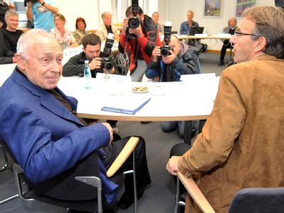 Vermittler Heiner Geißler spricht im Rathaus in Stuttgart mit dem Projektgegner Werner Wölfle.