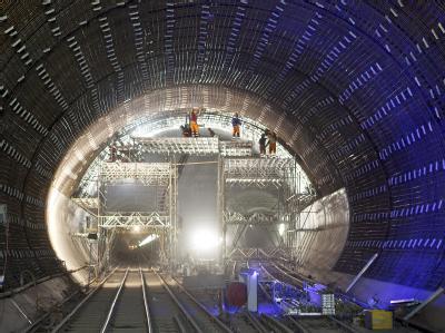 Arbeiter montieren Bewehrungsstäbe des Gotthard-Basistunnels bei Faido im Schweizer Kanton Tessin.