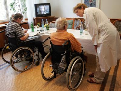 Die Pflege-Branche setzt auf Zuwanderung von Fachkräften aus dem Ausland.