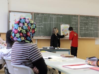 Freiwillige Selbstverpflichtungen könnten nach Ansicht der Regierung an Schulen mit einem hohen Ausländeranteil ein wichtiger Schritt zu besserer Integration sein. (Archivbild)