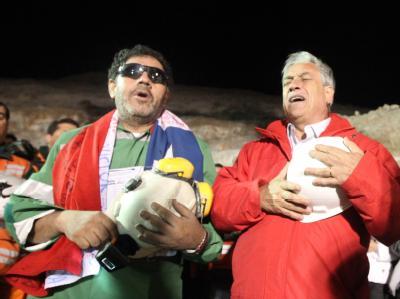 Chiles Präsident singt mit Luis Urzua (l) die Nationalhymne.