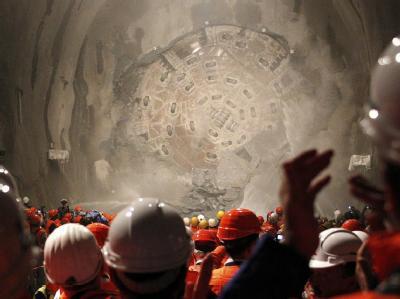 Jubel bei den Tunnelbauern: Der Durchstich ist gelungen.