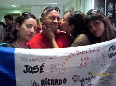 Bergmann Jose Ojeda posiert im Kreise von Angehörigen und Freunden für den Fotografen.